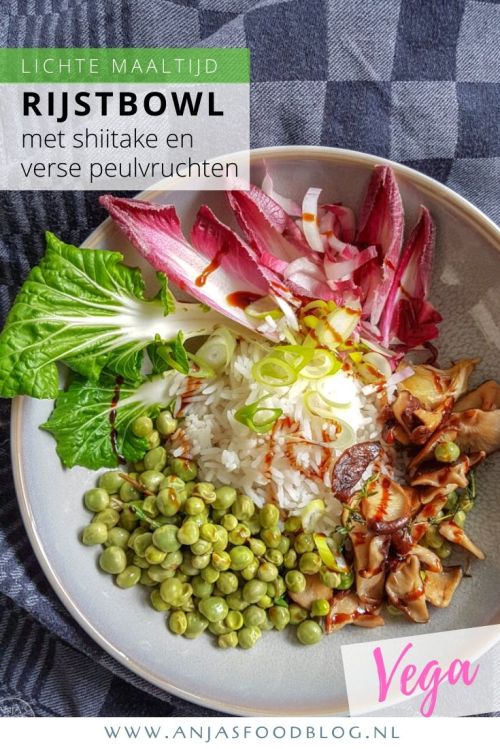 Maak eens een rijstbowl met shiitake paddenstoelen en verse peulvruchten. Ik gebruikte kapucijners, maar je kunt ze ook prima vervangen door verse doperwten, peultjes of sugarsnaps.  #recept #vega #shiitake #peulvruchten #rijstbowl