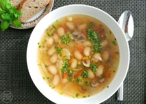 Franse Soupe au pistou, alleen de naam klinkt al lekker! Pistou is de Franse variant van de Italiaanse pesto met dat verschil dat je voor pistou geen pijnboompitten gebruikt.  #recept #soep #maaltijdsoep #soupeaupistao #makkelijk