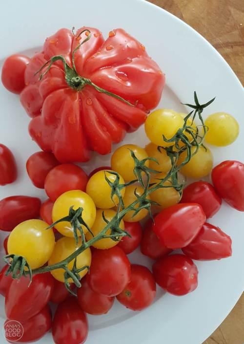 Een lekkere tomatensalade met feta en gegrilde asperges! Proeven vooraf leerde dat de diverse tomaten elk een andere smaak hebben. Verrassend! Al met al een salade bomvol smaak. #recept #salade #tomaten #asperges #gezond