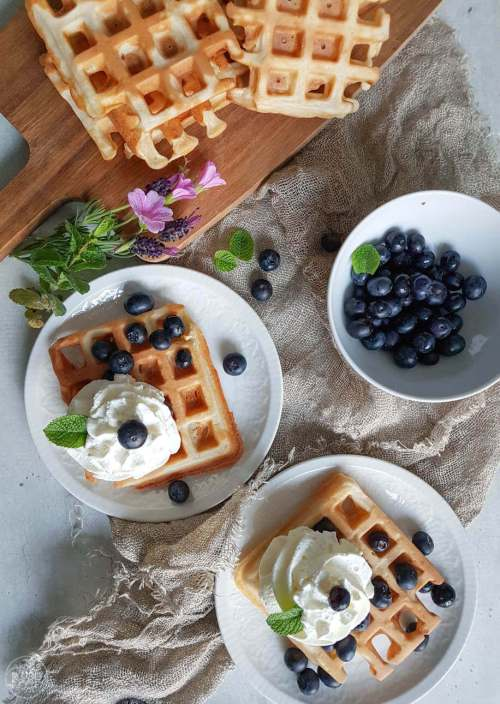 Deze wafels zijn gebakken met tarwedesem. Heb je desem staan, dan wil je dit echt een keertje proberen. Super lekker voor ontbijt of lunch, maar met slagroom of ijs ook een heerlijk nagerecht.  #recept #wafels #zuurdesem #makkelijk