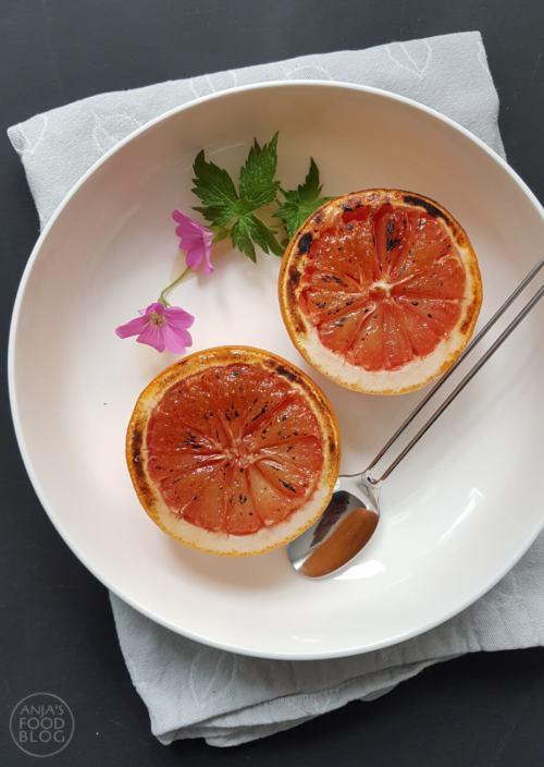 Grapefruit is van zichzelf een beetje bitterzuur, maar strooi er wat suiker over en je weet niet wat je proeft. Al helemaal als je de suiker omtovert in karamel!   #recept #fruit #grapefruit #dessert