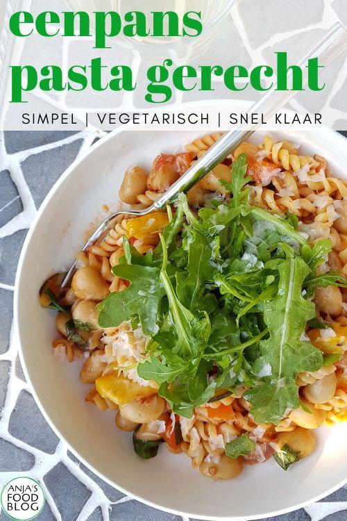 Pasta als eenpansgerecht, dat kan dus gewoon! Je begint met groenten en de saus. Daaraan voeg je de pasta toe, even wachten en klaar. Binnen een half uur op tafel, heerlijk bij deze zomerse temperaturen.   #recept #eenpansgerecht #pasta #makkelijk #snel #vegetarisch