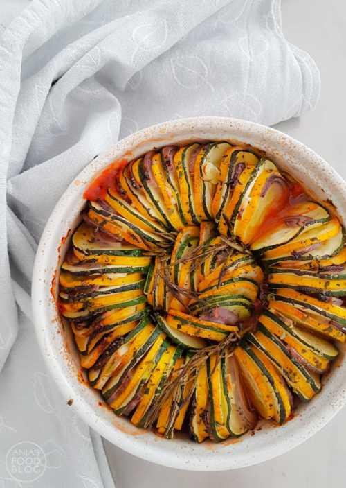 Dat groenten gezond zijn weten we inmiddels wel. Deze heerlijke tian van courgette en rode ui bak je lekker makkelijk in de oven of de airfryer. #recept #oven #groenten #airfryer