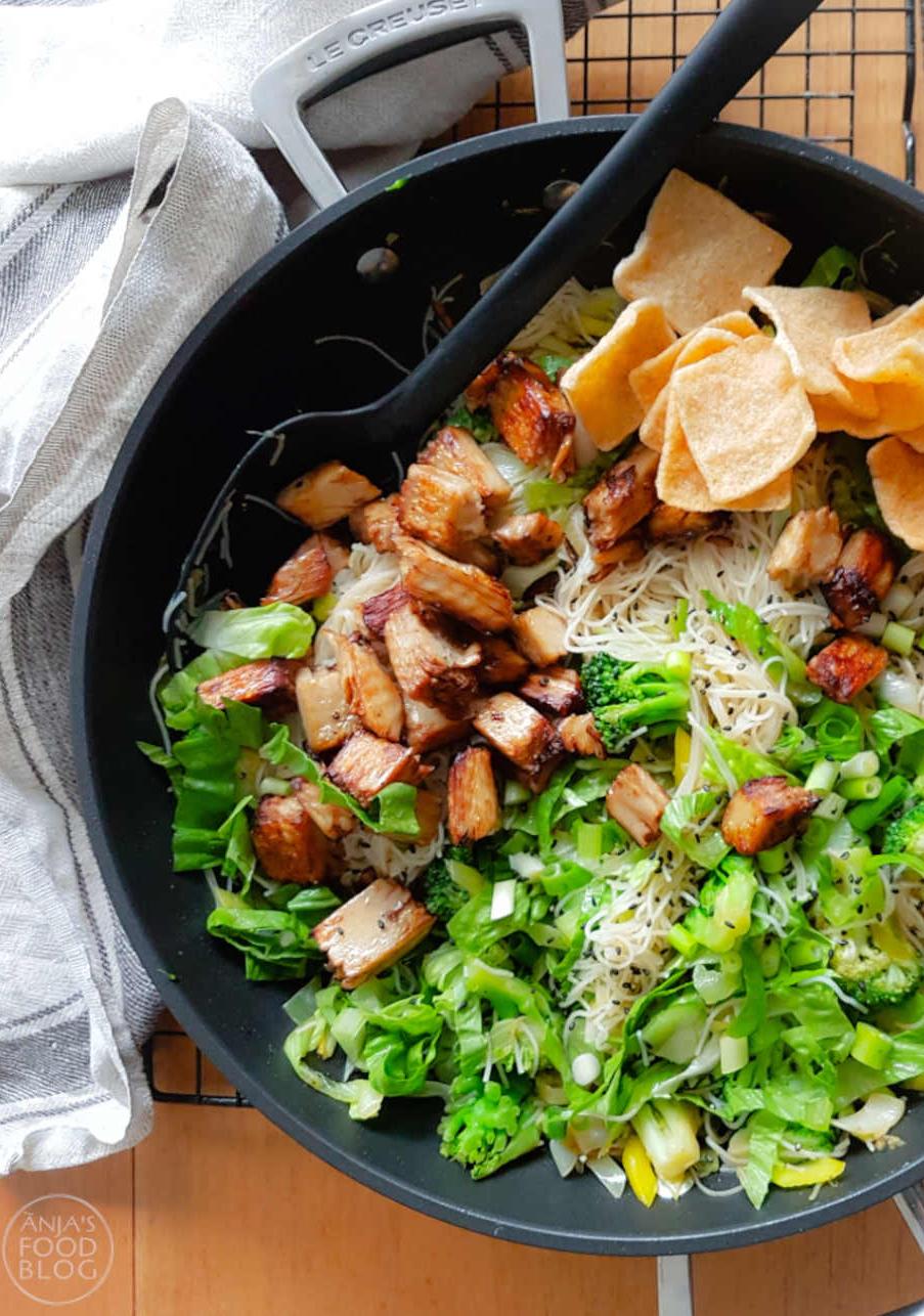 Heerlijke lichte maaltijd met mihoen of rijstnoodles, groenten uit eigen land en kipstukjes, evt. in een vegetarische variant. Een lekker makkelijke Aziatische schotel! #recept #noedles #mihoen #rijstnoodles #vegetarisch