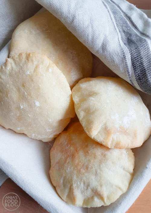 Zelf pitabroodjes bakken lukt prima met dit recept. Je hoeft nauwelijks te kneden en ze smaken echt vele malen beter dan de voorverpakte versie uit de supermarkt.  #recept #pitabroodjes #broodjeshoarma #brood