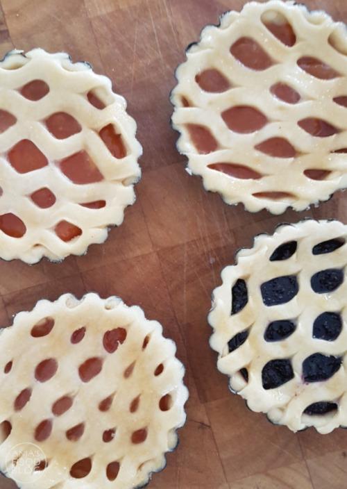 Limburgse vruchtenvlaai is heerlijk gebak. De bodem en het raster wordt gemaakt van gistdeeg en is daardoor minder zoet. Lekker met een vulling van abrikozen of bosbessen. #recept #gebak #vruchtenvlaai #zoet Limburgse vruchtenvlaai is heerlijk gebak. De bodem en het raster wordt gemaakt van gistdeeg en is daardoor minder zoet. Lekker met een vulling van abrikozen of bosbessen. #recept #gebak #vruchtenvlaai #zoet