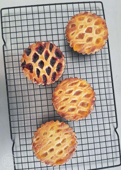 Limburgse vruchtenvlaai is heerlijk gebak. De bodem en het raster wordt gemaakt van gistdeeg en is daardoor minder zoet. Lekker met een vulling van abrikozen of bosbessen.   #recept #gebak #vruchtenvlaai #zoet
