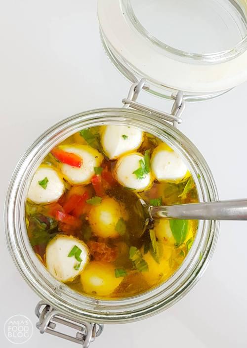 Deze mozzarella gemarineerd in olie met tomaat en basilicum is heerlijk als antipasti met bruschetta of als smaakmaker in een goed gevulde salade.   #recept #mozzarella #gemarineerd #makkelijk #homemade #salade #antipasti