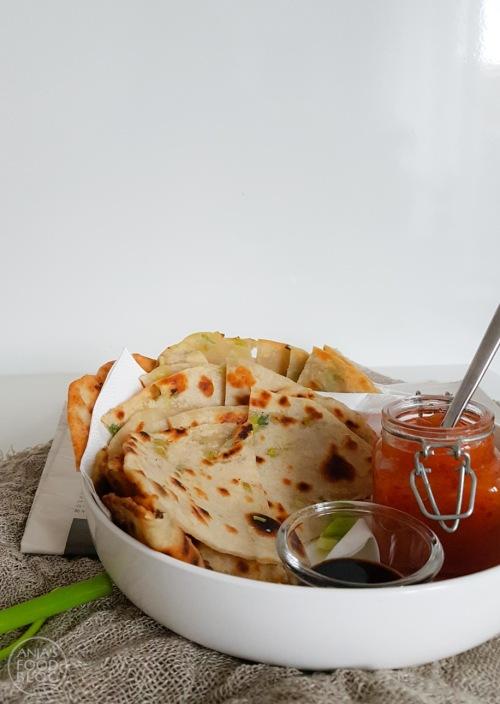 Maak deze Chinese pannenkoekjes eens! Ze zijn gevuld met lente-ui en echt niet moeilijk. Lekker voor de lunch en zeker ook als snack. Bovendien zijn ze ook nog eens vegan.  #recept #pannenkoekjes #lente-ui #Chinesepannenkoekjes #lunch #snack #vegan