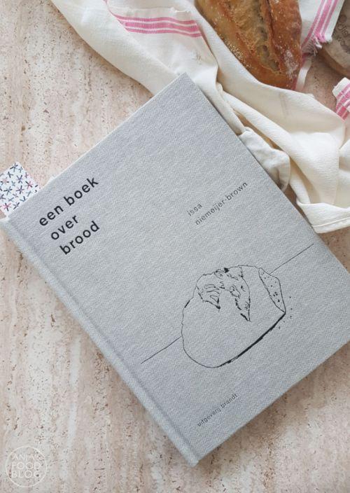Een boek over brood van Issa Niemeijer-Brown is een boek waarin je stap voor stap alles leert over het bakken van brood. Brood bakken volgens de traditie, niks keukenmachines en snel klaar. Met een aantal basisrecepten uit de bakkerij ga je zelf aan de slag. Een mooi boek om kado te krijgen.  #kookboek #brood #bakken #review #recensie