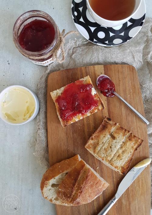 Zelf jam maken is echt niet moeilijk en het leuke is dat je er je eigen draai aan kunt geven. Zoals deze pruimenjam met sinaasappel en een vleugje oranjebloesemwater. Bovendien gebruik ik graag minder suiker, dat is net zo lekker.   #recept #jam maken #fruit #pruimen