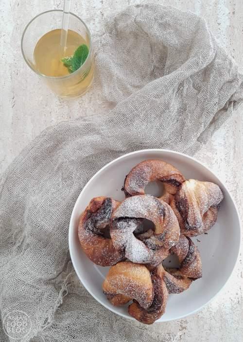 Op het laatste nippertje inspiratie opdoen voor een feestelijk ontbijt? Maak dan eens deze Nutella cronuts. Heb ik geen Nutella in huis dan is het met jam ook heel lekker of denk eens aan amandelpasta met fijngehakte amandelen of amandelschaafsel.  #recept #cronuts #Nutella #bakken #zoet