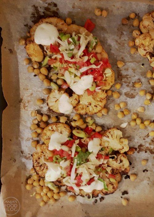 De bloemkool is de ster van dit gerecht, maar is daarbij wel afhankelijk van de harissa een pittige oosterse saus die me doet denken aan de sambal uit de aziatische keuken, maar met andere specerijen er in. Heb je geen harissa in huis, dan heb je misschien wel de droge ingrediënten.  #recept #bloemkool #ovengerecht #bijgerecht #harissa