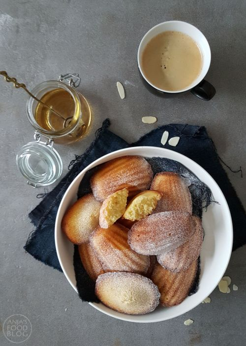 Madeleines zijn kleine cakejes in de vorm van een schelp. In dit makkelijke basisrecept gebruik ik honing en amandelmeel. Ook geef ik je nog wat tips voor meer variatie.  #recept #basisrecept #madeleines #bakken #zoet #cake