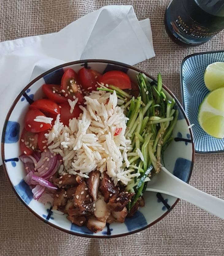 Saladebowl met gemarineerde kip en groenten