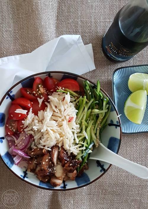 Een saladebowl is een heerlijk alternatief voor brood en kan ook prima in je lunchbox. Bovendien is het gezond en krijg je alvast wat eiwitten en groenten binnen. Dat is toch alleen maar meegenomen? Bovendien kun je de rijst en de kip ook alvast een dag eerder koken/bakken. Varieer gerust met smaken en toegevoegde groenten.   #recept #saladebowl #pokébowl #rijst #lunchgerecht #makkelijk #gezond