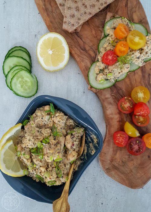 Een vegetarische salade voor bij de lunch of op de borrelplank. Deze (tonijn)salade is gemaakt van kikkererwten. Probeer het eens en verras iedereen met deze gezonde salade!  #recept #salade #vega #vegetarisch #tonijnsalade #kikkererwten