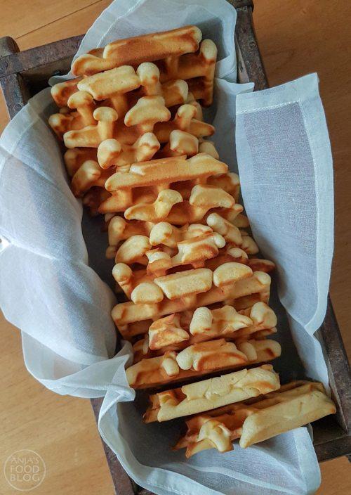 Zachte wafels zijn mijn favoriet. Heb je een (hartjes)wafelijzer, dan wil je deze wafels zeker eens bakken. Er zit niet te veel suiker in het recept, zodat het wel meevalt met de zoetigheid.   #recept #wafels #wafelsbakken #zoet #makkelijk