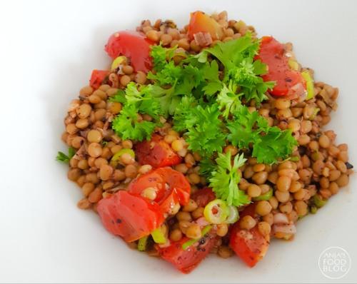 Snelle linzen met tomaat en lente-ui