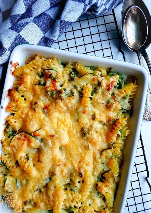 Wat is pasta nou zonder kaas? De ultieme combinatie is dan toch wel de mac 'n cheese. Officieel natuurlijk met macaroni, maar ook prima met andere pasta. Daarnaast ga ik het liefst voor de makkelijke versie met een kaas die snel smelt en voeg ik er nog wat groenten aan toe zoals courgette en doperwten.