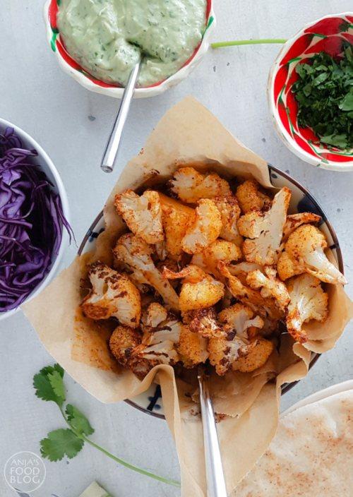 De pittig geroosterde bloemkoolroosjes combineren perfect met de rode kool en de avocadoroom. Eet met Libanees platbrood of wraps en je hebt een heerlijke en gezonde lunch.