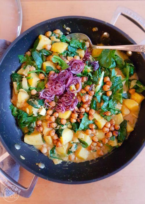 Deze aardappelcurry is een eenpansgerecht met behalve aardappelen ook groene groenten zoals groene paprika en spinazie. Voor een snelle maaltijd gebruik je een currypasta uit een potje, maar je kunt dit ook prima zelf maken.
