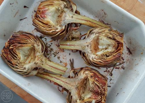 De artisjok is een distelsoort en je eet de bloemknop. Vooral de jonge artisjokken zijn lekker. Rooster ze in de oven met verse tuinkruiden en knoflook en je hebt een verrassend heerlijk gerecht.