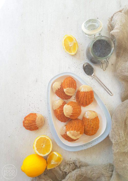 Madeleines zijn heerlijke cakejes en ideaal als je geen grote cake of tulband wil bakken. Deze variant met citroen en maanzaad maak je extra lekker door citroenglazuur.