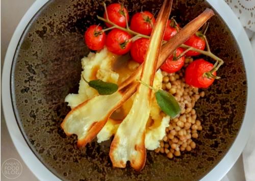 Pastinaak puree - de ideale manier om wat extra groenten toe te voegen aan de maaltijd! Lekker met de gestoofde tomaatjes en de salieboter. De geroosterde pastinaak zorgt voor een extra feestelijk tintje.