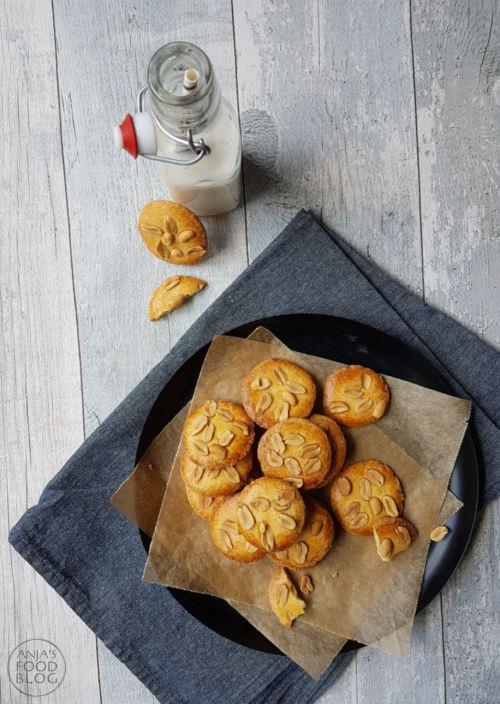 Pindakoeken, ik ben er dol op! Nu staan ze dan eindelijk op mijn blog. Zó lekker, daarom koop ik ze niet te vaak, want ik zou ze in één keer op kunnen eten ;-). Het makkelijke recept is voor 15 koeken.