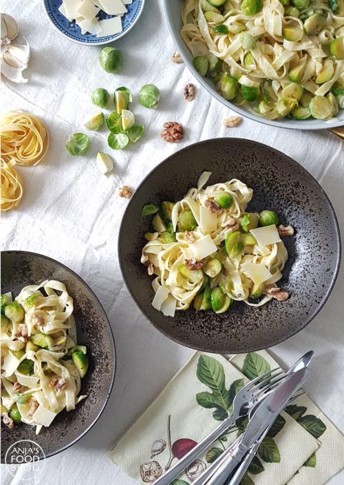 Spruitjes en pasta, misschien geen logische combinatie zul je denken, maar deze romige tagliatelle met spruitjes en walnoten is me toch lékker! De spruitjes worden even gebakken met een uitje en knoflook in citroenolie. Dan wordt er een roomsausje bij gemaakt en als de tagliatelle al dente gekookt is, hussel je alles door elkaar en serveer je dit verrassende gerecht met walnoten en Parmezaanse kaas.