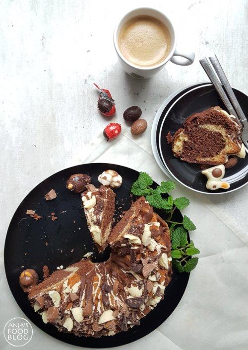 Een marmercake van chocolade en vanillecake is op zichzelf al heerlijk. Nog lekkerder wordt deze tulband als je hem rijkelijk overgiet met gesmolten chocolade en fijngehakte chocola. Volg de stappen van het recept voor dit mooie resultaat.
