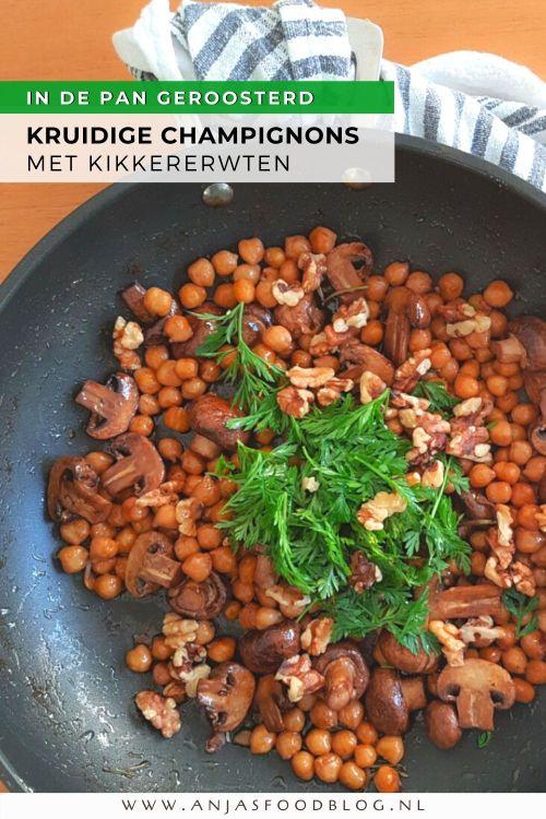 Een verrassend lekkere combinatie geroosterde champignons met kikkererwten. Gewoon uit de koekenpan en boordevol smaak door gebruik van kruiden en sojasaus. Je begint met het roosteren van de champignons in een droge koekenpan, dan voeg je de smaakmakers toe en aan het einde van de kooktijd komen de kikkererwten erbij. Erbij nog wat groen van bospeen en geroosterde walnoten voor wat extra bite. Makkelijker kan bijna niet.