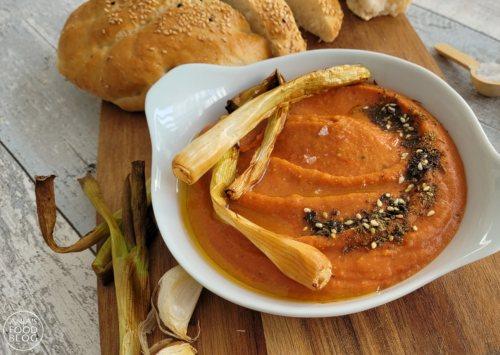 Wist je dat hummus erg lekker kan bij de barbecue? Bijvoorbeeld als spread op gegrilde groenten of bij halloumi van de barbecue. Niet zo'n fan van kikkererwten? Maak dan de hummus van bijgaande foto, van rode linzen en puntpaprika. Probeer het eens!