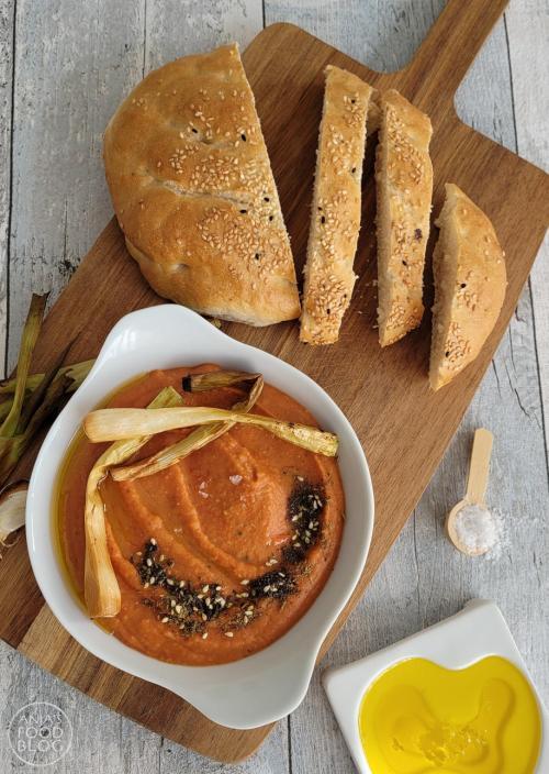 Humus is lekker als dip bij een oosterse maaltijd of op de borrelplank. Wil je eens een iets andere smaak, maak dan eens humus van rode linzen en puntpaprika! De smaak is zachter dan de humus van kikkererwten en bovendien ook veel sneller klaar. Hummus of humus of hoemoes... hoe je het ook uitspreekt, deze variant met rode linzen is - wat mij betreft - lekkerder dan het origineel met kikkererwten.