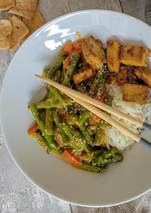 Deze (vega) kipkerrie met groenten staat met een half uurtje op tafel. Een heerlijke maaltijd met voldoende groenten en een lekkere kerriesaus. Je kunt in plaats van sperziebonen en paprika natuurlijk ook prima andere groenten gebruiken.