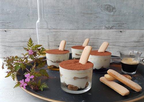 Tiramisu, maar dan als makkelijk recept en zonder ei. Het kan en het is lekker! Heb je een feestje en wil je een lekker dessert, dan is dit ideaal. In deze tiramisu gebruik ik hazelnootlikeur voor extra smaak. Is het dessert ook voor kinderen, dan kun je de likeur ook prima weglaten.