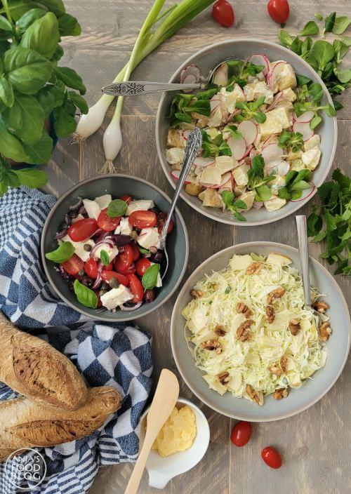Salades horen bij de zomer, bij de BBQ of op een buffet. Deze aardappelsalade met radijsjes, lente-ui en veldsla heeft het allemaal, ik maakte hem op een tropische dag voor bij de BBQ, samen met een Griekse salade en een spitskoolsalade.