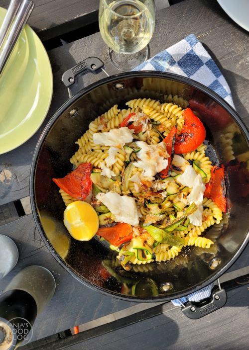 De groenten en de vis in dit eenpansgerecht komen van de BBQ. De pasta kook je even apart. De smaak van de geroosterde groenten doet het goed in de pasta. Geen sausje nodig - alleen wat citroensap en lekker veel peper.