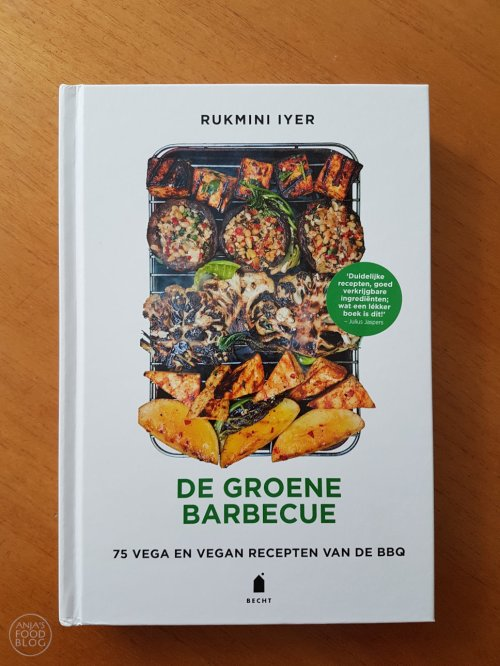 De Groene Barbecue is het nieuwste boek van Rukmini Iyer. Nu het grill seizoen officieel van start is gegaan, is nieuwe inspiratie zeker welkom en die krijg je volop met dit nieuwe boek. Maak vanaf nu de lekkerste gerechten met groenten als basis.