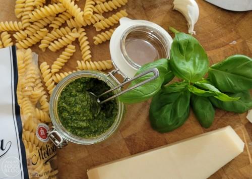 Pesto zonder pijnboompitten? Jazeker en dat is ook nog eens heel lekker! Je vervangt de pijnboompitten door broodkruim. Gebruik de pesto in je favoriete pasta, bij de vis, de risotto of de BBQ. Een makkelijk en snel recept!