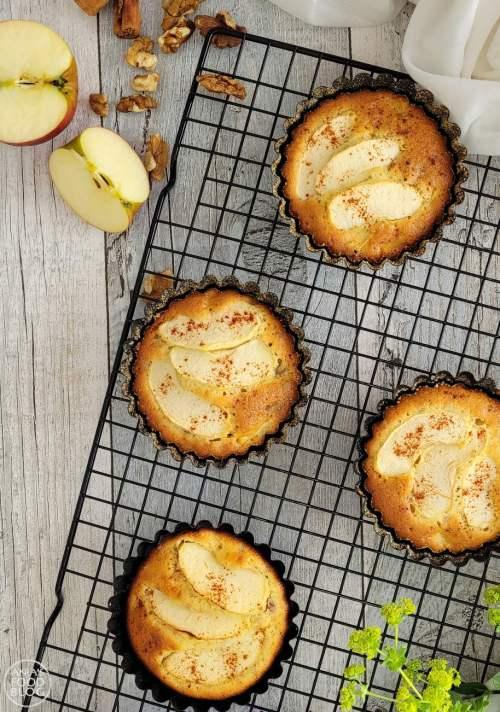 De lekkerste appeltaartjes met noten komen uit Portugal! Ik probeerde ze te bakken op de BBQ en dat gaat prima! Dit makkelijke recept wil je proberen en als het regent kan het ook prima in de oven.
