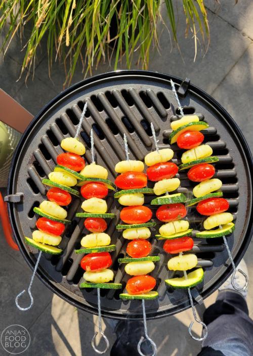Deze spiezen met gnocchi, tomaat en courgette worden nóg lekkerder door (vegan) pesto te gebruiken als marinade en dressing. Rooster ze op de BBQ of in de grillpan. Het recept is makkelijk en snel klaar.