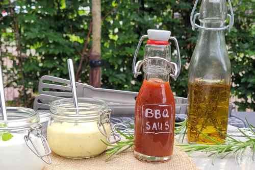 Bij een barbecue mag een barbecuesaus natuurlijk niet ontbreken. Je maakt zelf een heerlijke saus van diverse andere sausjes, mosterd, sesamolie, honing en knoflook.