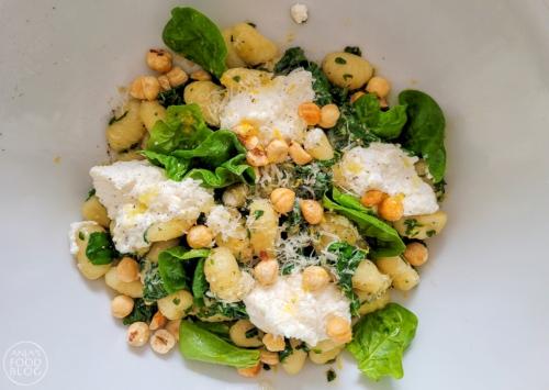 Gnocchi met verse spinazie, ricotta en noten. Gnocchi  wordt gemaakt van aardappel en bloem. Ze zijn snel gekookt en makkelijk te combineren met je favoriete smaken.