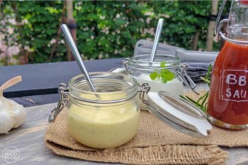 Van kerriekruiden, Griekse yoghurt en extra vierge olijfolie maak je in een handomdraai een heerlijk romig kerriesausje voor bij de barbecue.