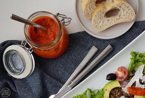 gegrilde paprika, gedroogde tomaat en harissapasta. Voor een oriëntaals tintje bij de barbecue!