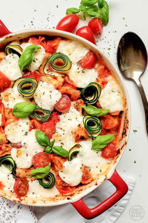Deze heerlijke tortellini ovenschotel is snel gemaakt. Gebruik verse tortellini, kies je favoriete vulling (vlees of vega) en voeg er nog wat groenten aan toe. Het makkelijke recept zorgt ervoor dat je met een half uurtje aan tafel kunt.