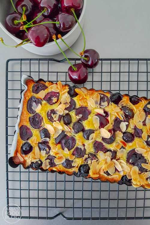 Zomerfruit nodigt uit tot bakken, dus hup naar de winkel en kies je favoriete fruit! Als de kersen in het seizoen zijn, móet ik ze kopen en als ik me een beetje kan inhouden bak ik er een lekkere cake mee. Zoals bijvoorbeeld deze plaatcake met amandelschaafsel. Het voordeel van een plaatcake zoals deze is ook nog eens dat hij snel gebakken is, want hij heeft maar 30 minuten oventijd nodig.