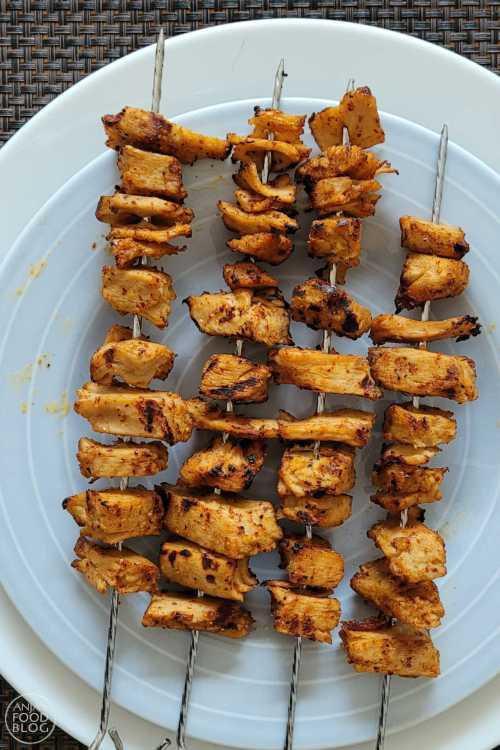 Kip piri piri is een Portugees gerecht. De kruidenmix kun je hier kopen en je maakt er deze lekkere (vega) kipspiezen mee op de barbecue. Lekker makkelijk, lekker snel!